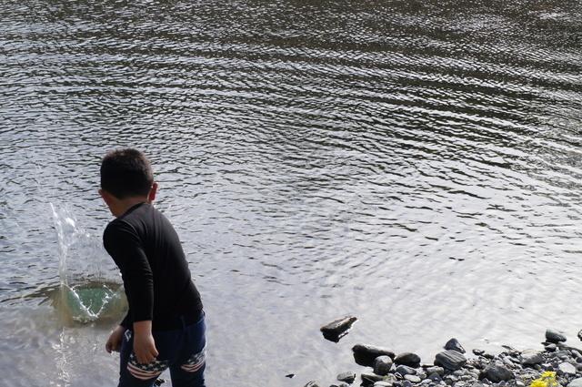 石投げ 川,キャンプ,遊び,