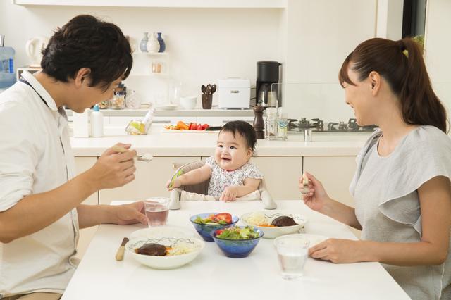椅子に座って家族と食事,離乳食,椅子,
