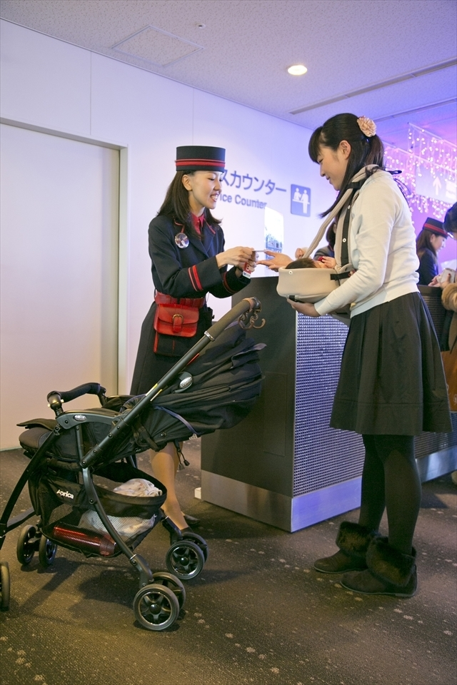 サービスカウンターでベビーカーを預ける様子,アップリカ,海遊館,赤ちゃん