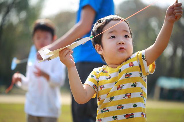 男の子が手作り風のもので遊ぶ姿,幼稚園,バザー,手作りおもちゃ