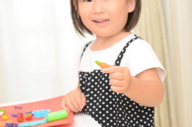 女の子が遊ぶ姿,幼稚園,バザー,手作りおもちゃ