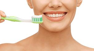 妊娠中、虫歯予防で歯を磨く女性,つわり,妊娠中,虫歯