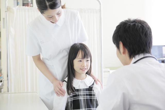 病院で先生と話す子ども,おもちゃ,修理,
