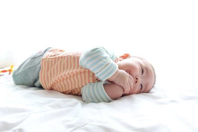 スリーパーを着て寝る赤ちゃん,出産祝い,名入れ,