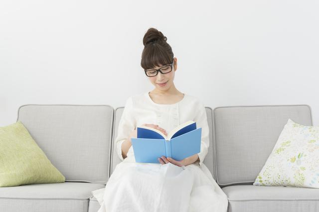 本を読む妊婦,子育て,雑誌,
