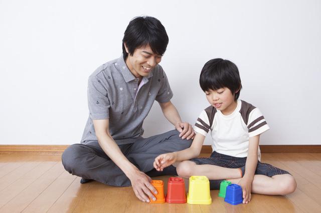 パパと遊ぶ男の子,5歳,おもちゃ,男の子