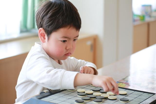 オセロで遊ぶ男の子,5歳,おもちゃ,男の子