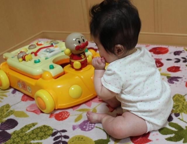 アンパンマンのおもちゃで遊ぶ赤ちゃん,アンパンマン,おもちゃ,