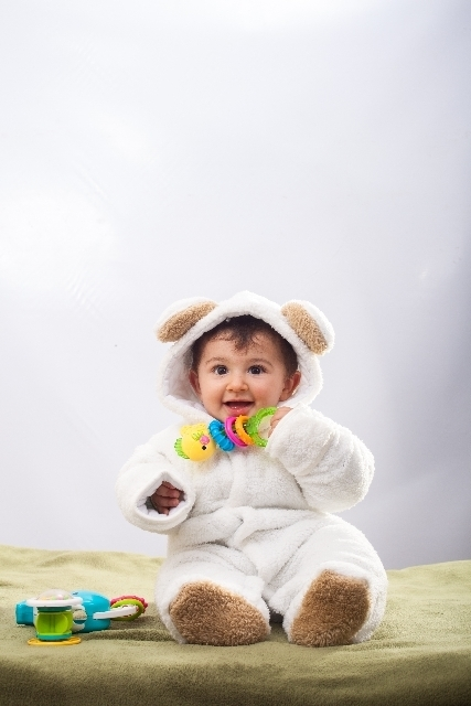 座っておもちゃで遊ぶ赤ちゃん,アンパンマン,おもちゃ,