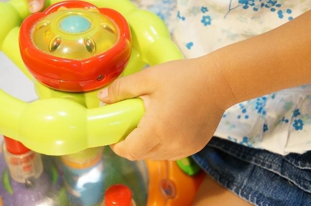 おもちゃを持つ子どもの手,アンパンマン,おもちゃ,