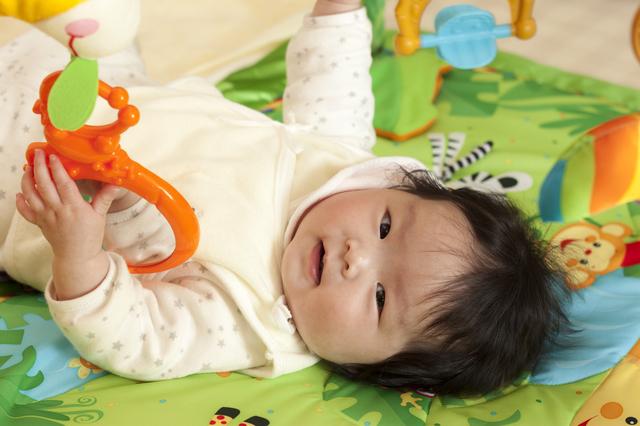 プレイジムで遊ぶ赤ちゃん,動く,おもちゃ,赤ちゃん