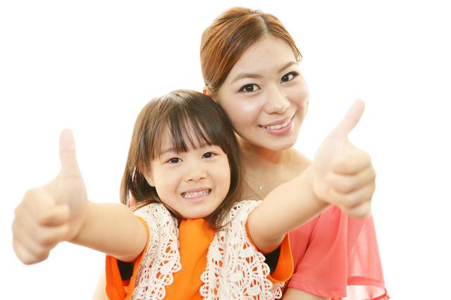 ポーズを決める女の子と母,漢字,ポスター,