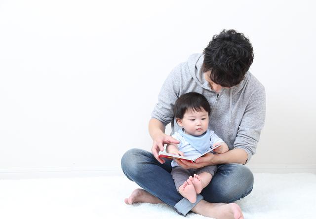 絵本を読む親子,ピアノ,絵本,