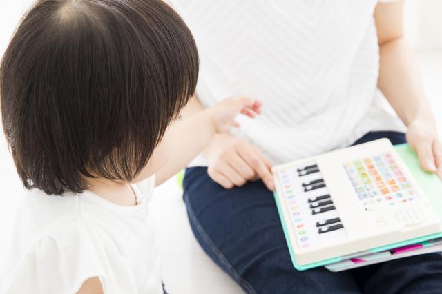 ピアノ絵本で遊ぶ親子,ピアノ,絵本,