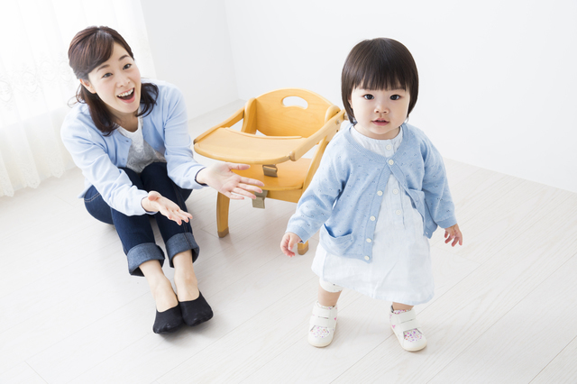 よちよち歩きをする赤ちゃんとお母さん,室内,遊具,