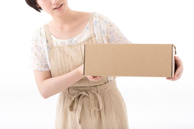 荷物を見ている女性,赤ちゃん,おむつ,悩み