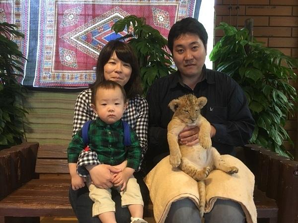 ベンチに座る家族,富士,サファリパーク,静岡