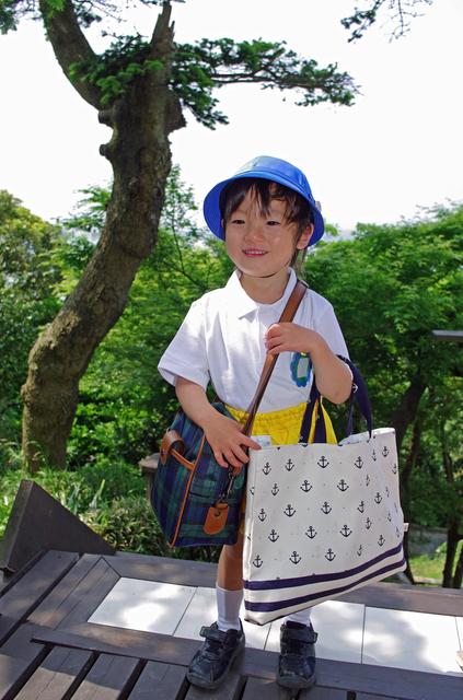 バッグを持った園児,幼稚園,通園,バッグ