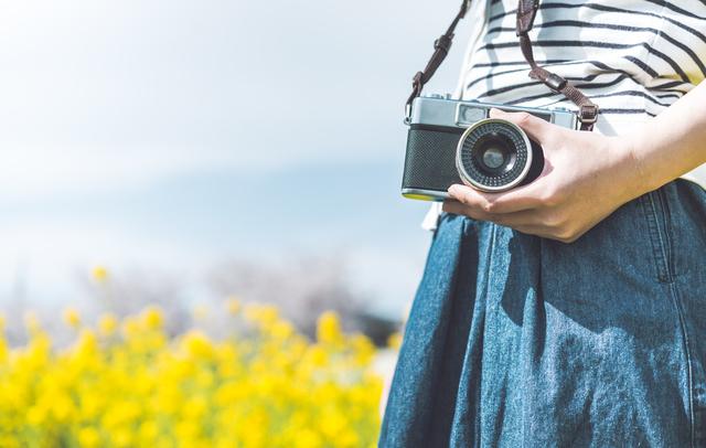 カメラを持つ女性,デジタルカメラ,おすすめ,
