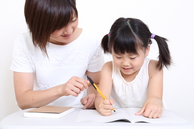 書く練習をするお母さんと女の子,鉛筆,持ち方,