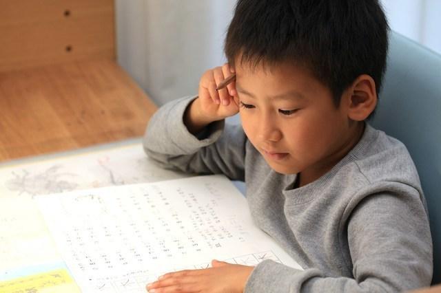 問題を解く男の子,小学生,問題集,
