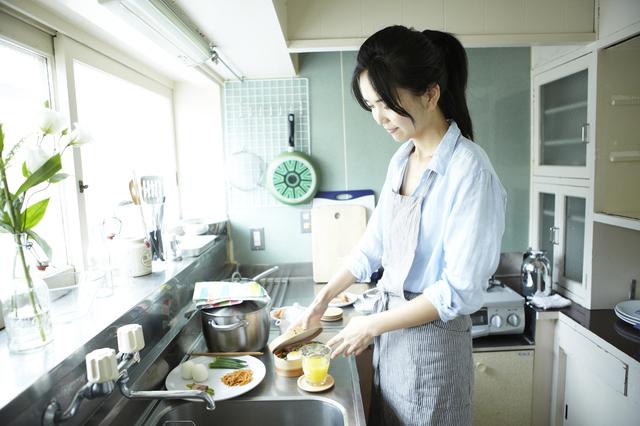お弁当作りをする女性,お弁当,冷凍食品,