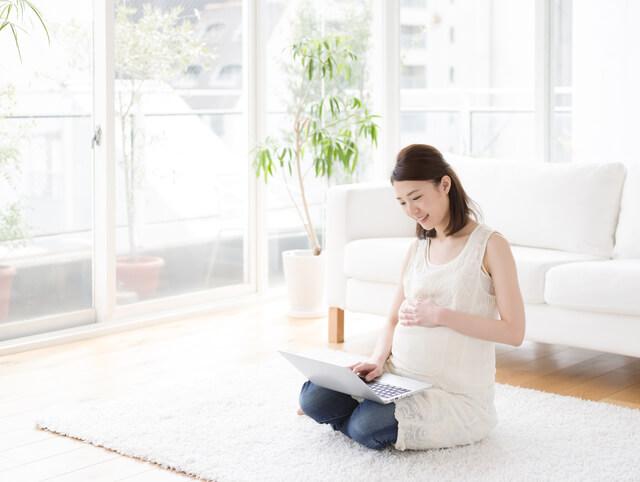 リビングでパソコンを楽しむ妊婦,Amazon,ファミリー,