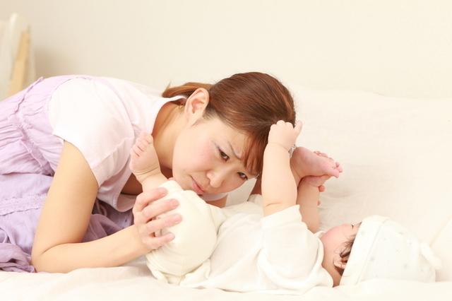 赤ちゃんのうんちをチェックするママ,赤ちゃん,下痢,原因