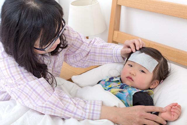 熱の子どもと看病するママ,RSウイルス,感染症,