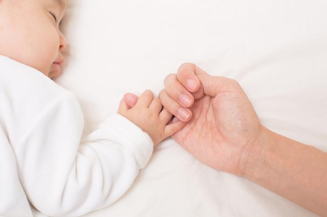 手をつなぐ赤ちゃんとママ,赤ちゃん,便秘,