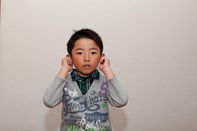 耳を触る子ども,滲出性中耳炎,子供,
