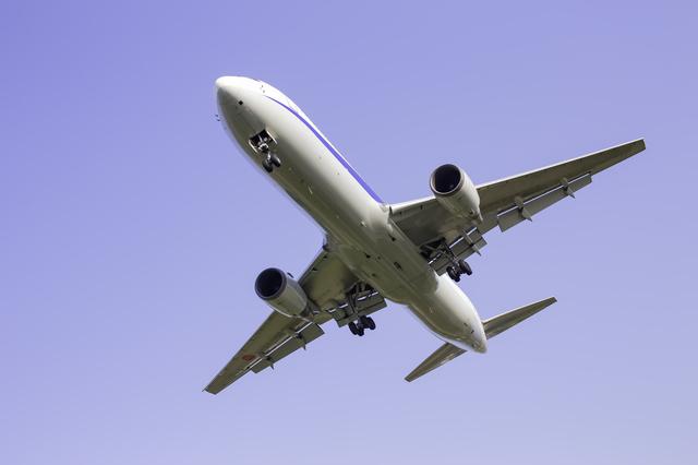 空を飛ぶ飛行機,滲出性中耳炎,子供,