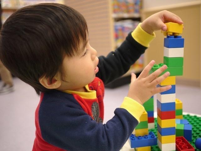 おもちゃで遊ぶ子ども,細気管支炎,赤ちゃん,