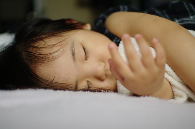 横向きに寝る子ども,熱性けいれん,子ども,症状