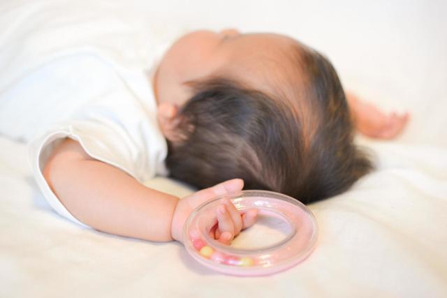 おもちゃを持つ新生児,アトピー,赤ちゃん,