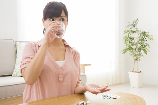 薬を飲む女性,トキソプラズマ,妊娠中,