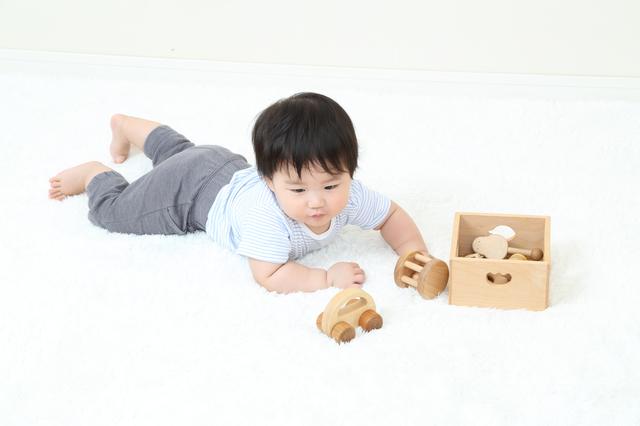 おもちゃで遊ぶ赤ちゃん,産後,6ヶ月,