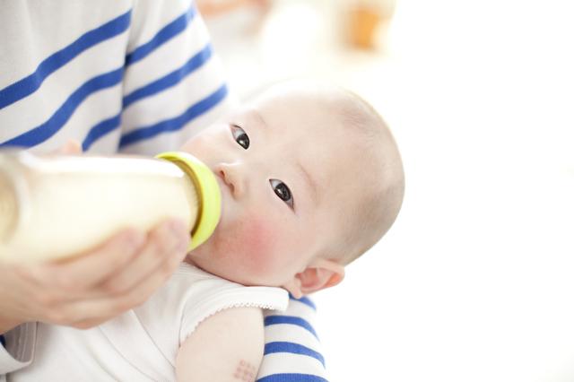 ミルクを飲む赤ちゃん,12ヶ月,
