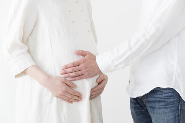 お腹をさするパパ,妊娠,9ヶ月,赤ちゃん