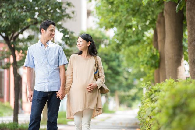 夫婦歩く,妊娠,旅行,いつまで