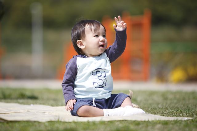 公園でピクニックする赤ちゃん,産後,11ヶ月,