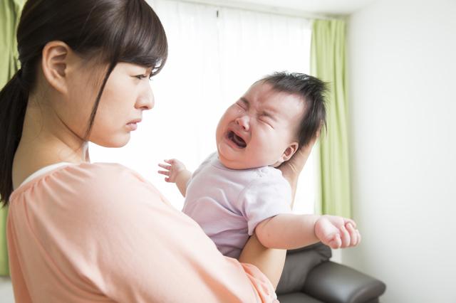 泣いている赤ちゃんとママ,産後うつ,症状,