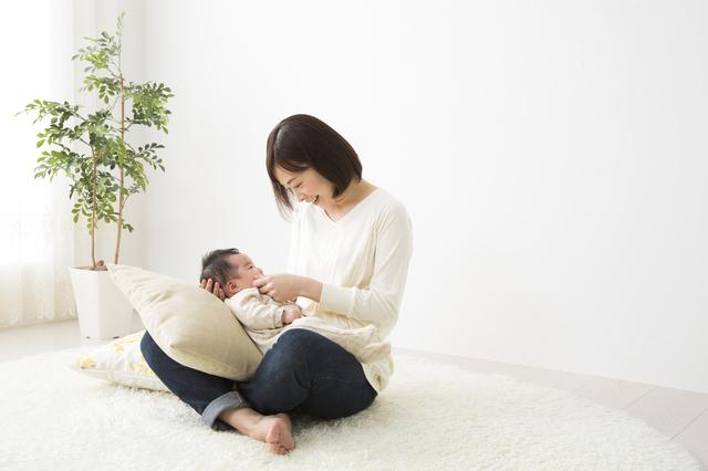 赤ちゃんを抱く母親,新生児,育児,