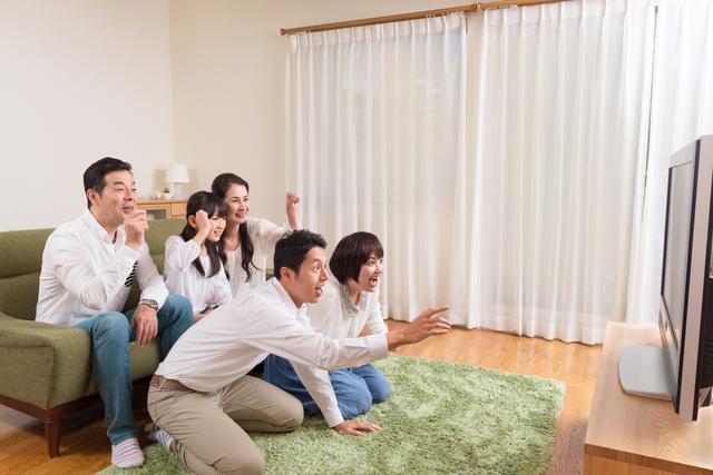 三世代でテレビを見る家族,ウルトラマン,おもちゃ,