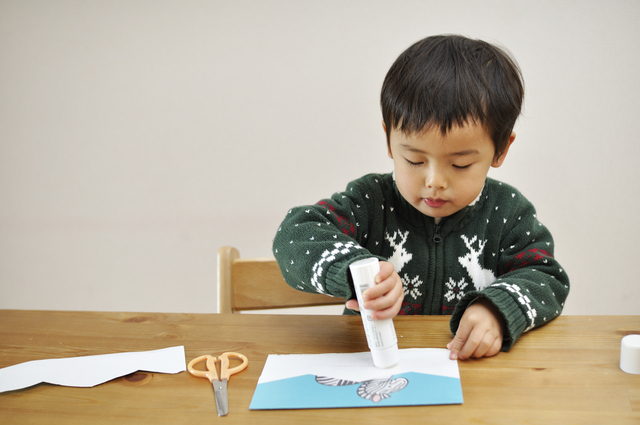 工作をする子ども,手作り,おもちゃ,工作