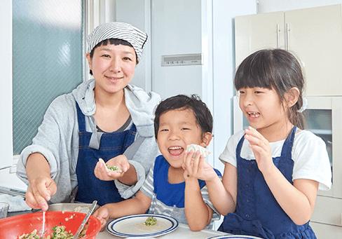 生活クラブの食品で一緒に料理を作るママと子どもたち,
