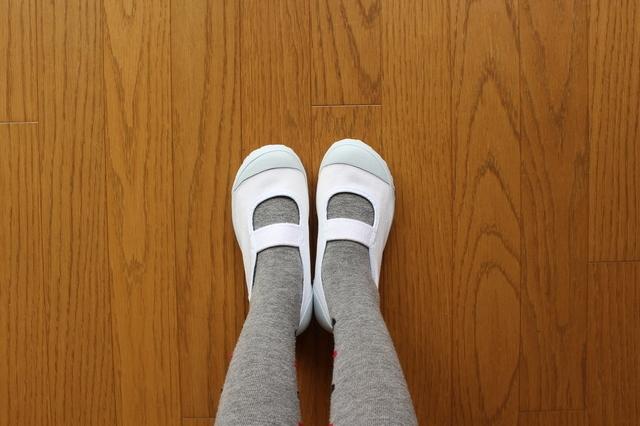 上履きを履いた足元,幼稚園,上履き,