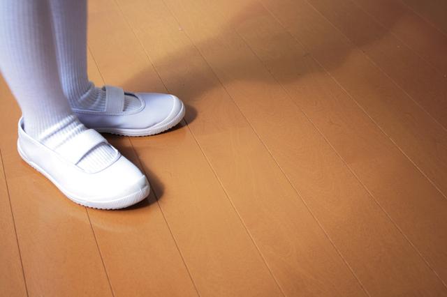 上履きを履く子ども,幼稚園,上履き,