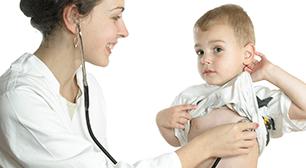 子どもを診察する医者,赤ちゃん,貧血の症状,成長