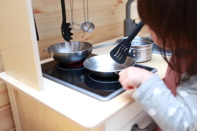料理ごっこをする子ども,おもちゃ,料理,
